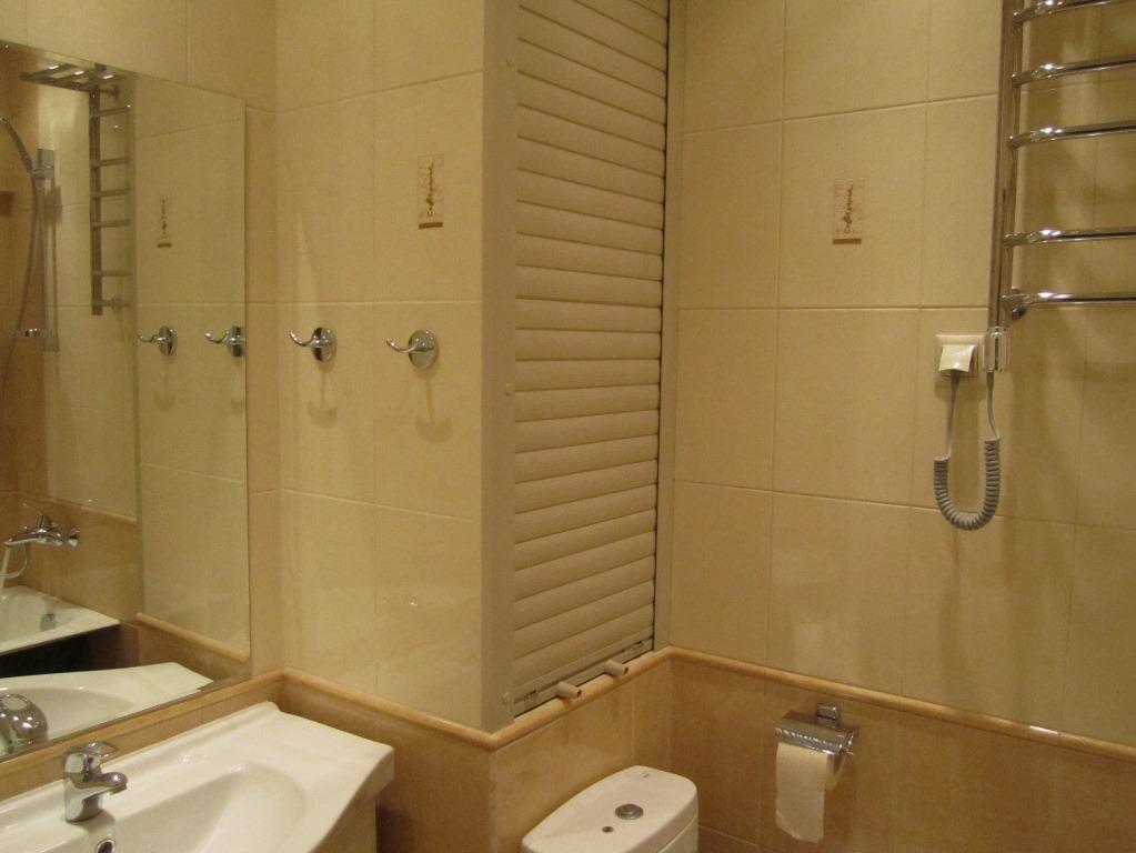 Отлично в интерьере ванной комнаты будут смотреться короб и жалюзи, которые помогут спрятать трубы