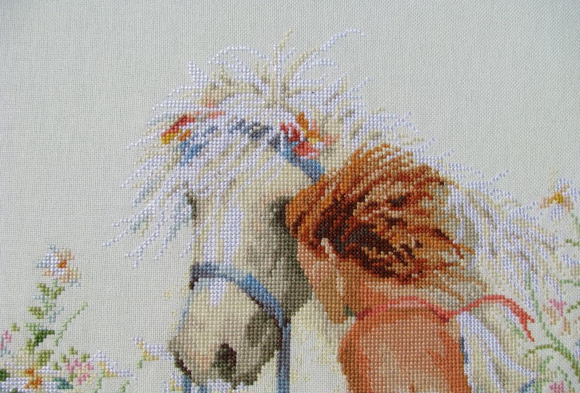 Если ваша девушка любит лошадей, то вышивка с ее изображением возле лошади, станет хорошим подарком на 8 марта