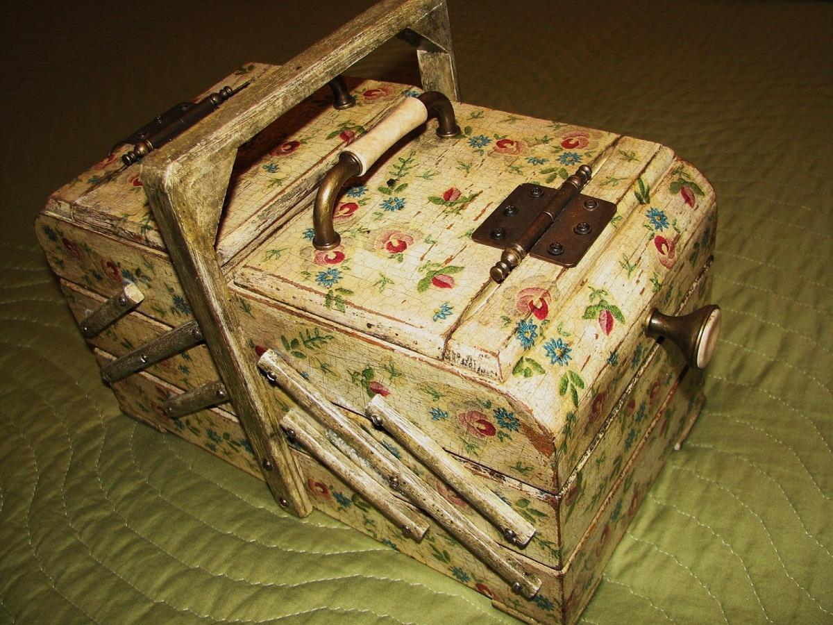 Ящик, оформленный в технике декупаж под старину, отлично подойдет для хранения коллекционных вещей