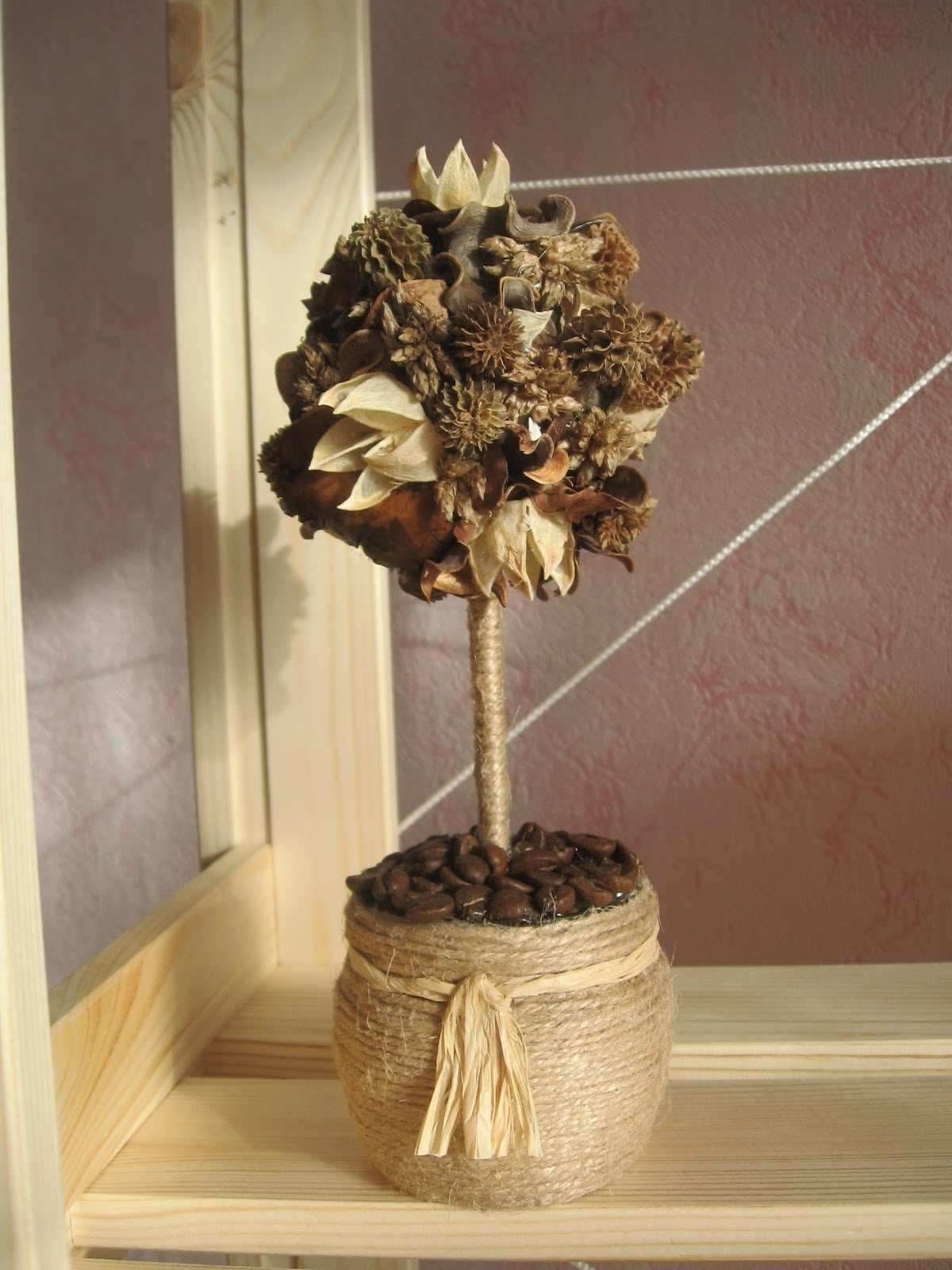 Подобное изделие можно украсить с помощью шишек и других элементов