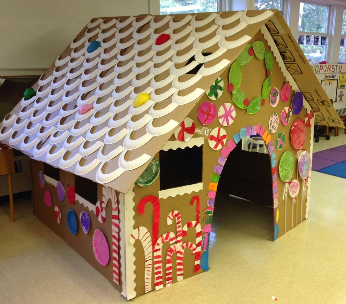 Большой домик, сделанный из картона, отлично подходит для детей в качестве места для игр