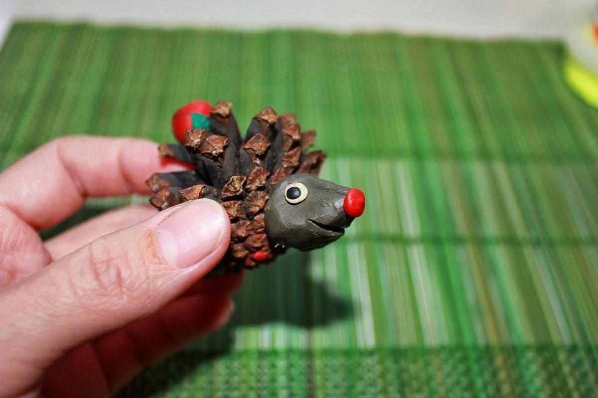 Колючего ежика из шишек смогут изготовить не только взрослые, но и дети