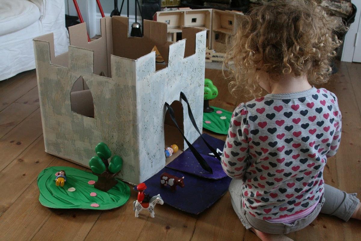 Объемный замок, изготовленный из бумаги, является отличной игрушкой для ребенка