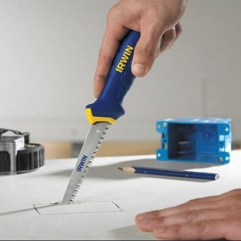 При помощи ножа для резки ГКЛ можно без труда вырезать фрагменты любой геометрической формы