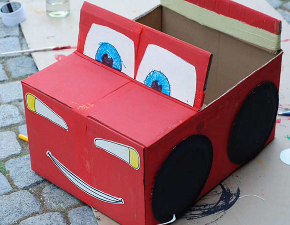 Для изготовления машинки можно взять картонную коробку подходящего размера