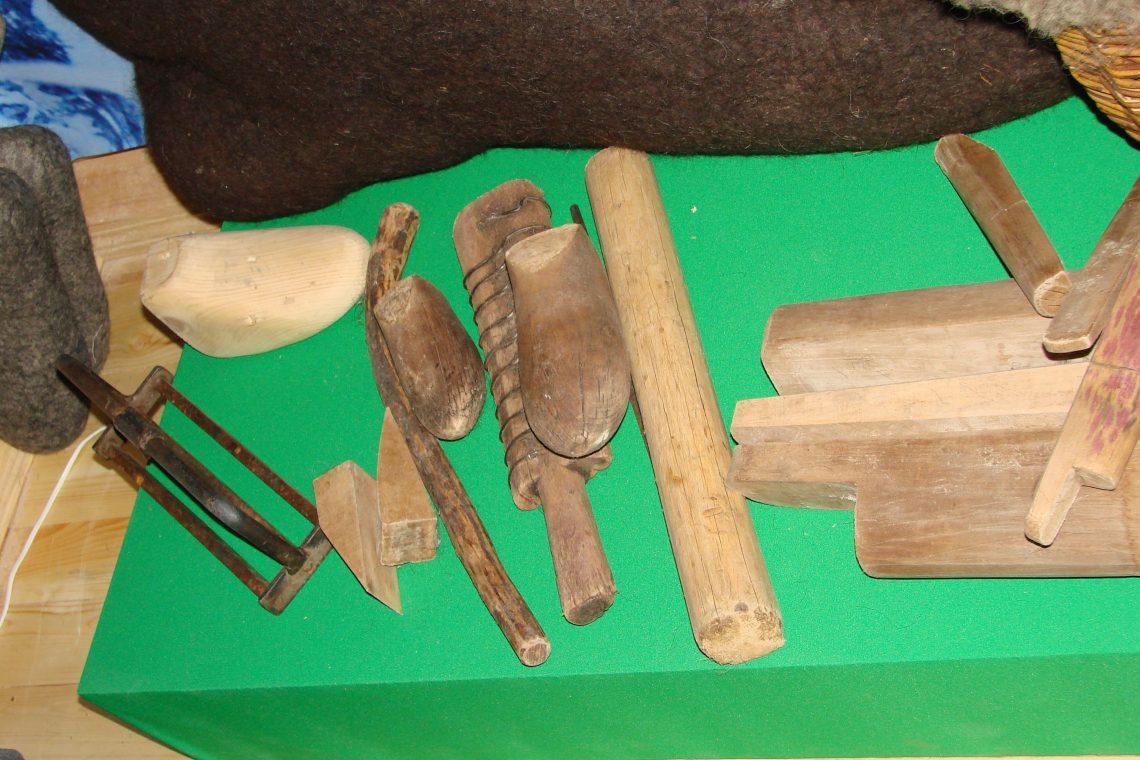 Чтобы изготавливать валенки в домашних условиях, нужно приобрести специальные инструменты