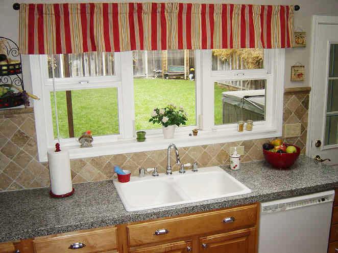 Окно в такой кухне является полноценный элементом дизайна, поэтому не стоит пренебрегать его оформлением