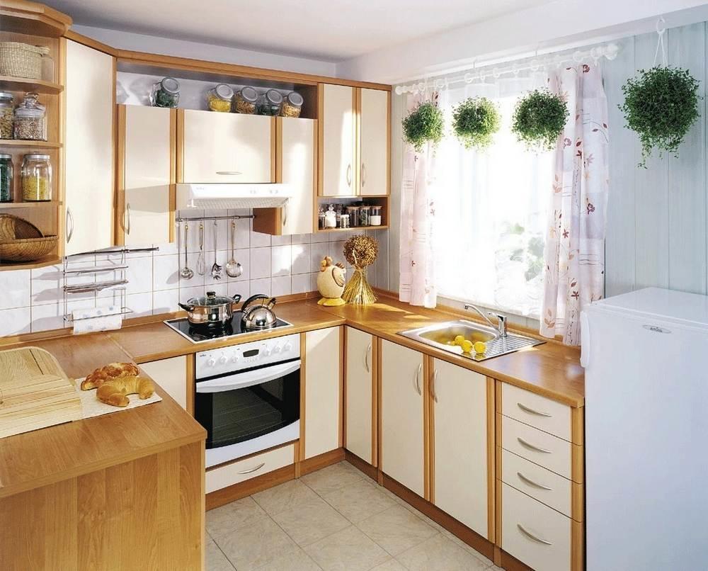 Для маленьких кухонь характерно оформление в светлых тонах, они в таком случае выглядят нарядно и привлекательно
