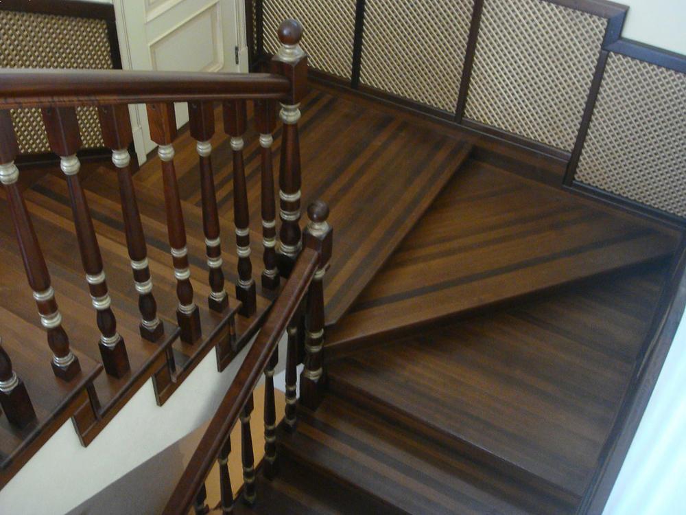 Для того чтобы правильно рассчитать лестницу на второй этаж с поворотом на 180 градусов, необходимо грамотно сделать чертеж конструкции