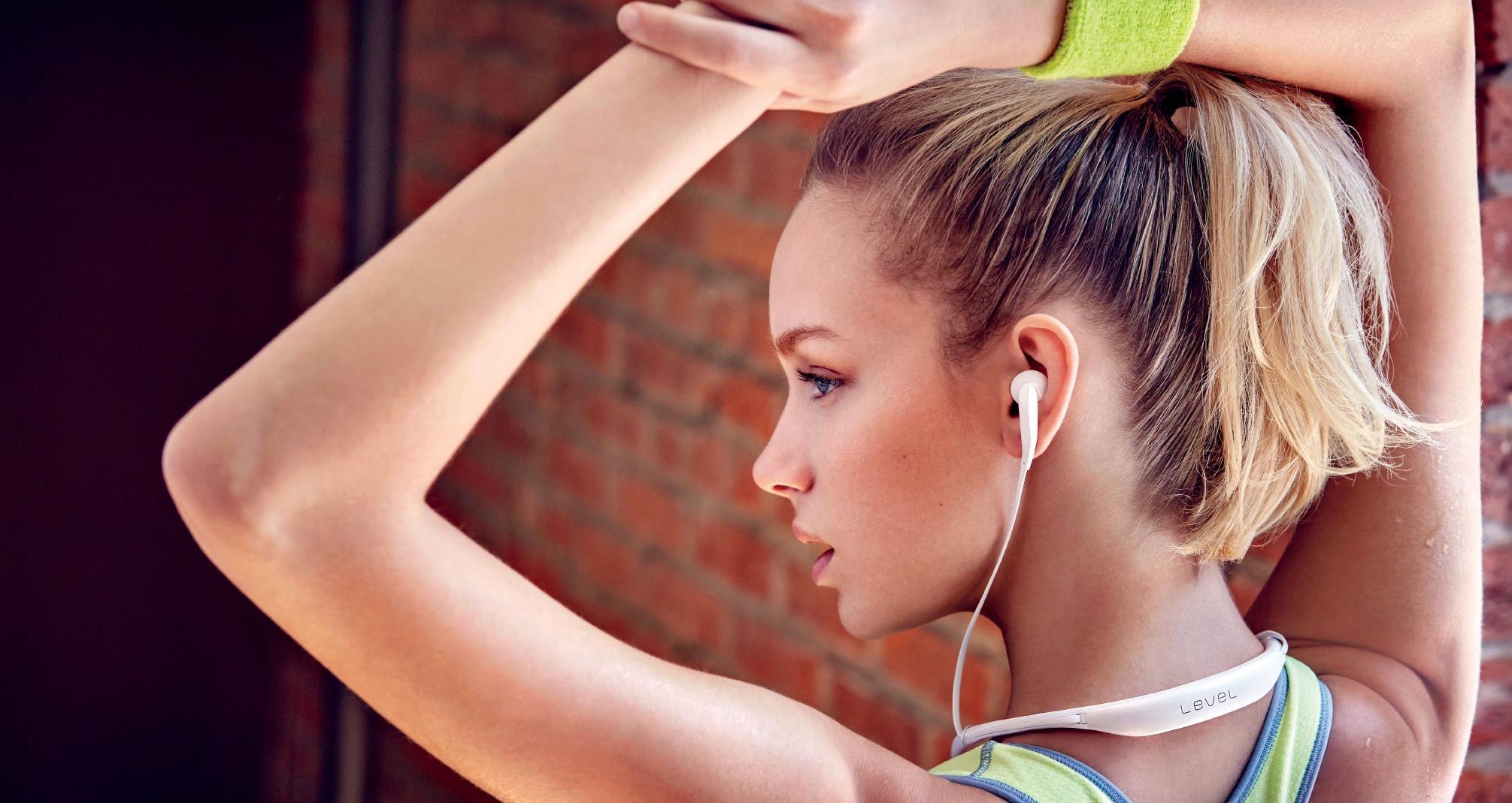 Человеческий слух воспринимает звук в пределах 85-90 децибел, а громкость наушников может составлять от 110 до 130 децибел, то чувствительность барабанной перепонки понижается, и человек будет хуже слышать