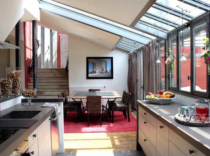 Современная французская кухня может иметь более строгую мебель с плоскими фасадами