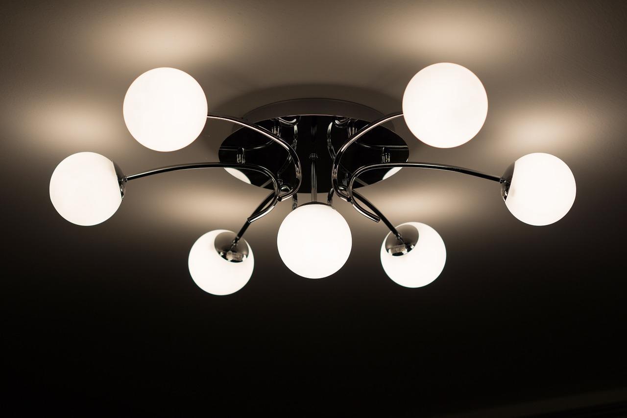 Для создания достаточного уровня освещенности, необходимо выбирать большую люстру с несколькими плафонами