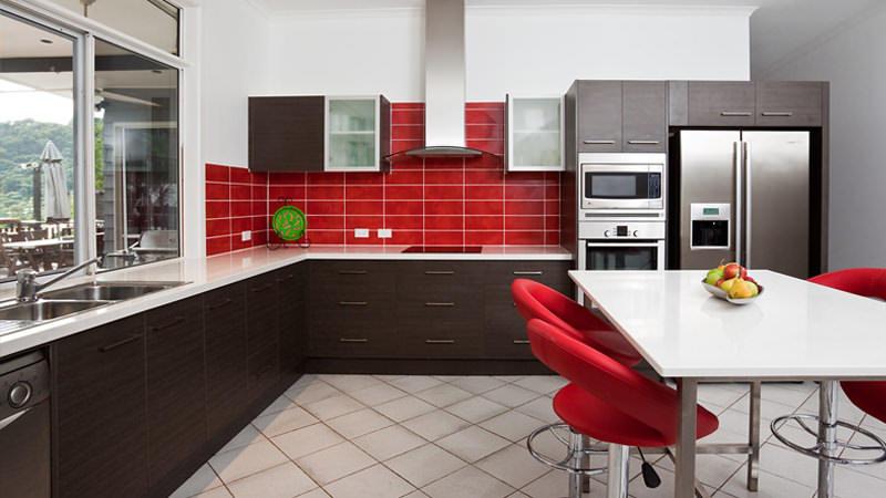Красный цвет на кухне - один из основных в таких современных стилях как хай-тек или модерн