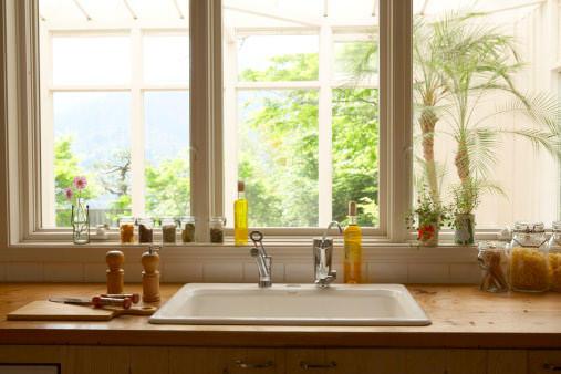 Кухня вдоль окна удобна тем, что днем не требует искусственного света