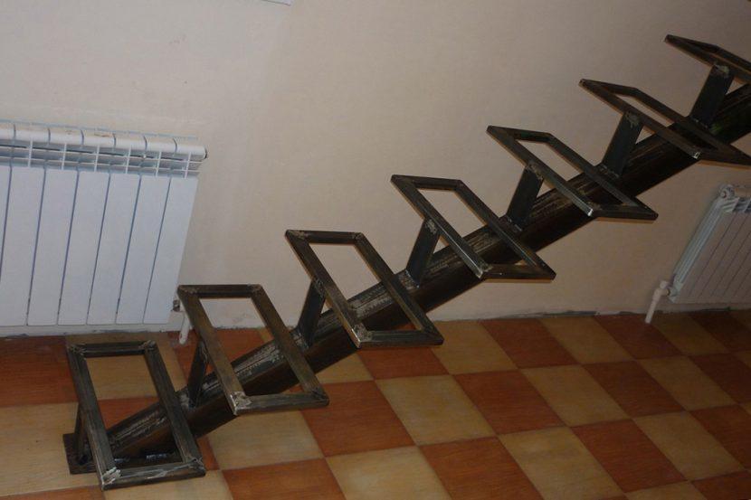 На сооружение лестницы с центральным косоуром необходимо одобрение надзора по строительству, который должен испытать и освидетельствовать металлокаркас