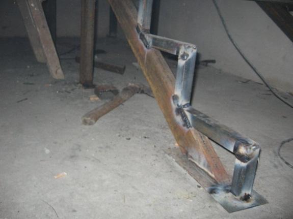 Такие конструкции легче железобетонных маршей, не деформируются под влиянием влажности в отличие от деревянных сооружений