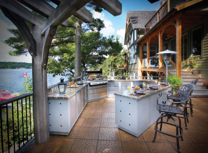 Летняя кухня под открытым небом должна быть обеспечена помещением для защиты утвари от дождей