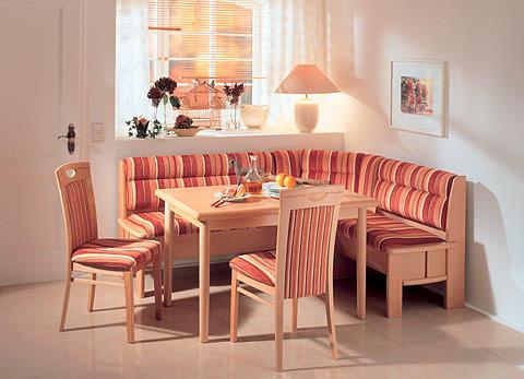 Легкй и стильный мягкий кухонный уголок, оббитый текстилем, гармонично дополнит любой интерьер