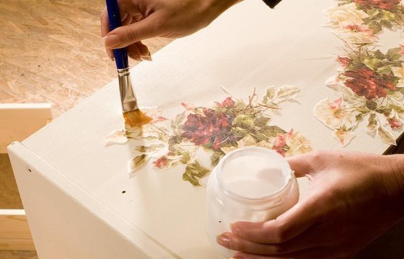 Чтобы закрепить рисунок на поверхности, сначала нужно пропитать его клеем, чтобы бумага стала мокрой, но не рвалась
