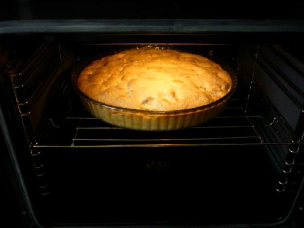 Отправляем пирог на 35-40 минут в уже разогретую перед этим духовку