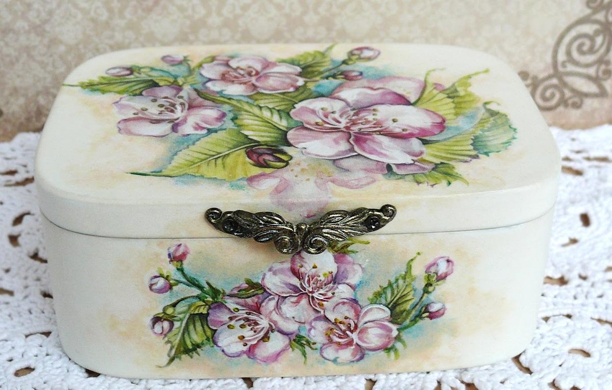 Старая шкатулка, выполненная в технике декупаж, является прекрасным подарком на любой праздник