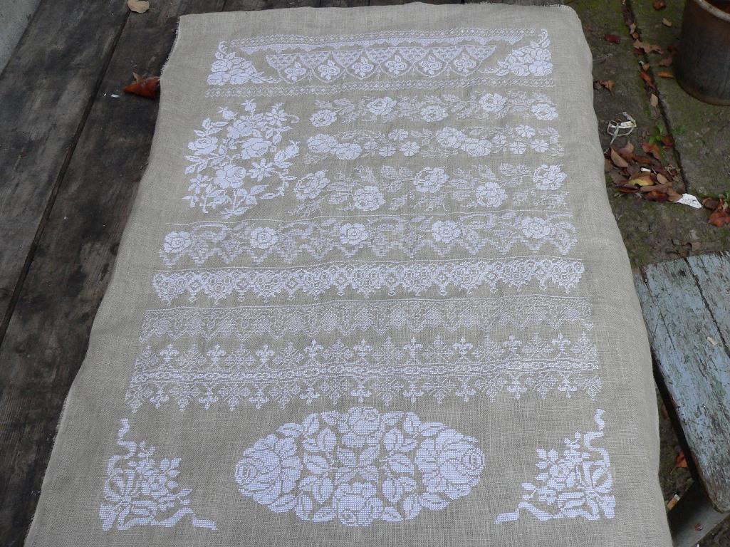 Вышить белым по белому несложно, главное– заранее подготовить белые нитки и ткань и потренироваться вышивать гладью