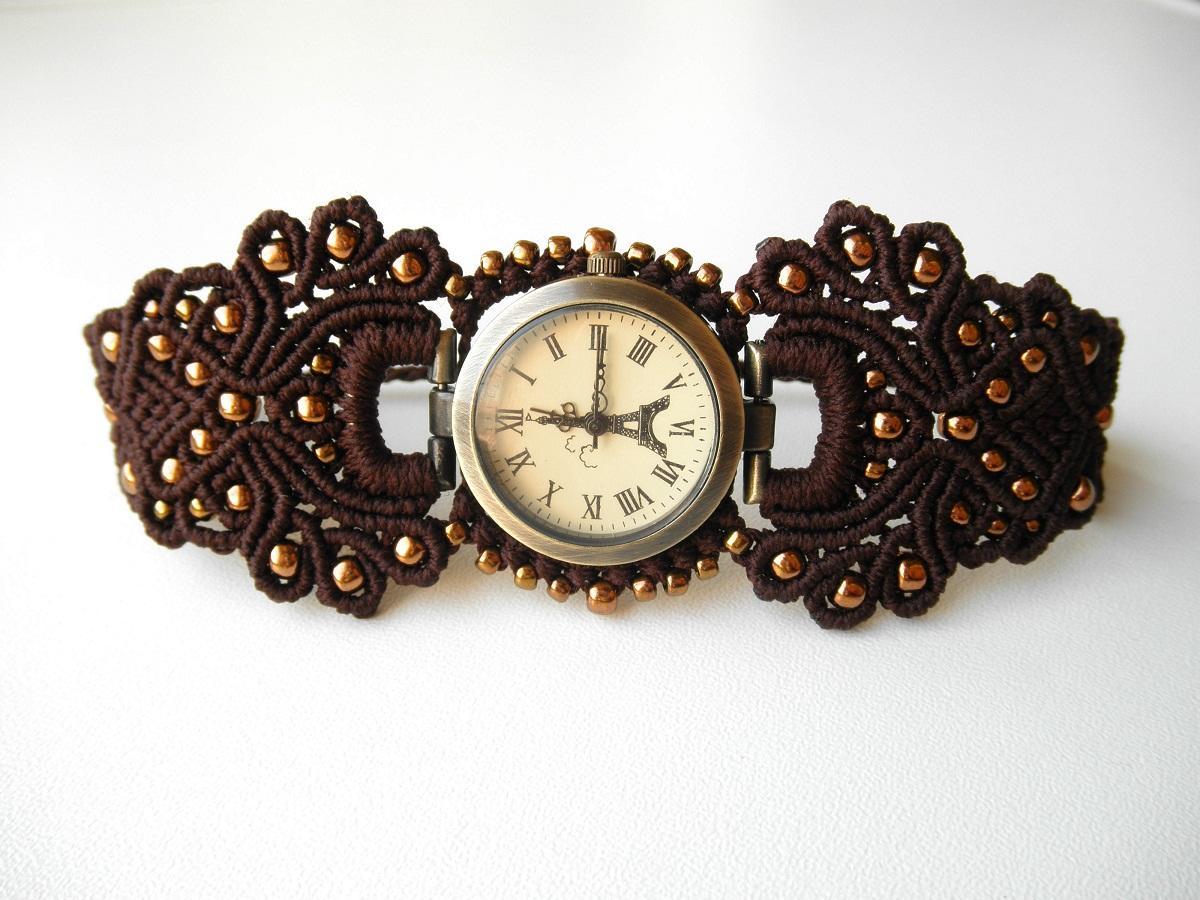 Браслет для часов, выполненный в технике макраме, хорошо сочетается с циферблатом, который изготовлен в классическом стиле