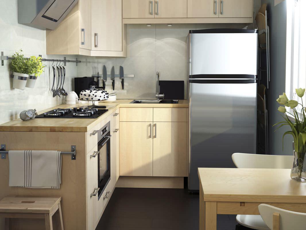 Серебристые поверхности отлично дополняют интерьер маленькой кухни