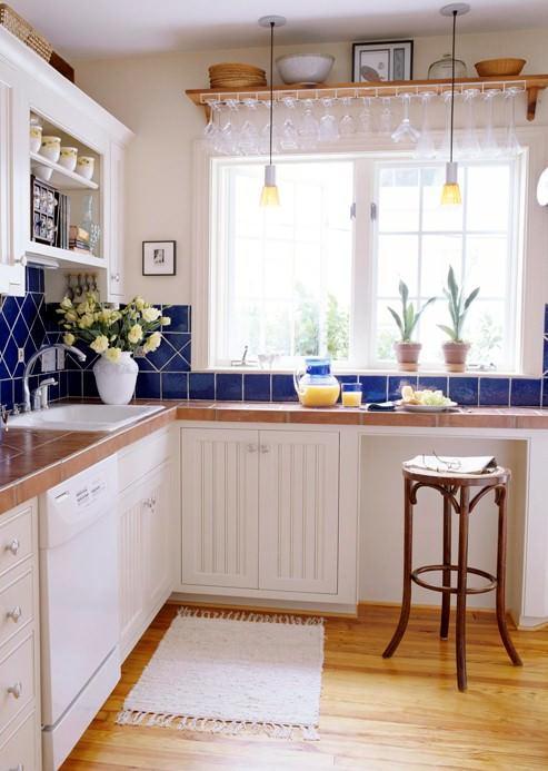 Угловые кухни вдоль окна - наиболее удачный вариант с точки зрения не только стиля, но и повседневного удобства