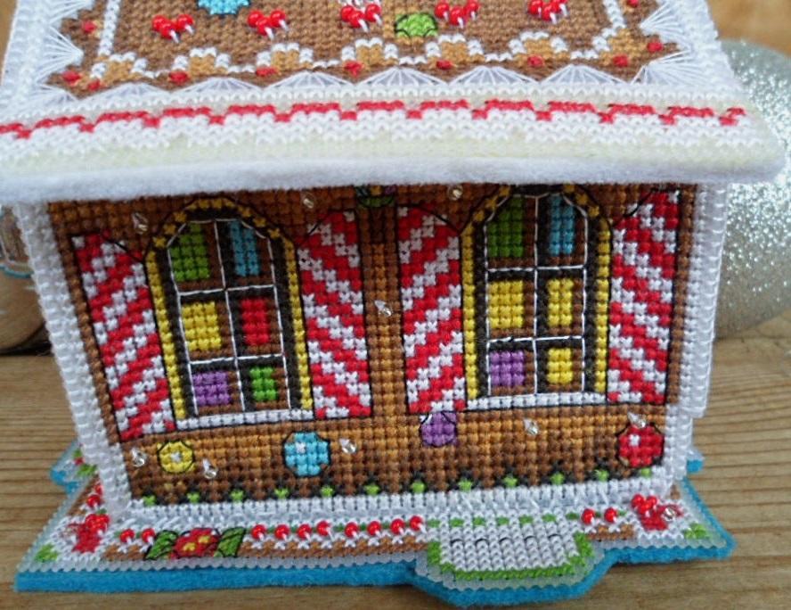 Отличным подарком на Новый год обязательно станет креативный вышитый домик своими руками