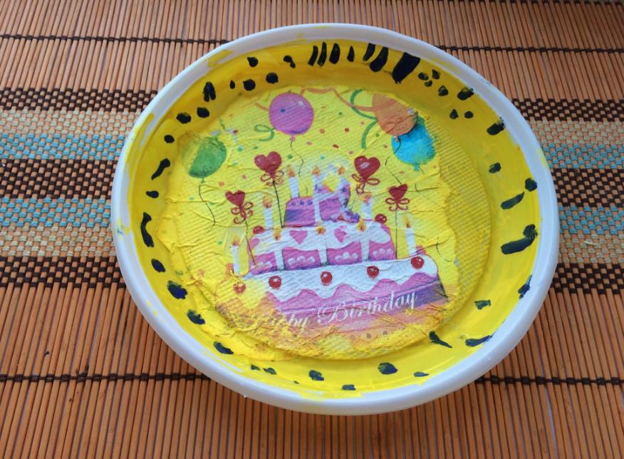 Благодаря технике декупаж из простой пластиковой тарелки можно сделать оригинальный подарок