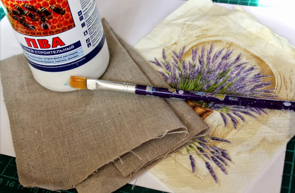 Клей ПВА хорошо подходит для соединения ткани с мешковиной