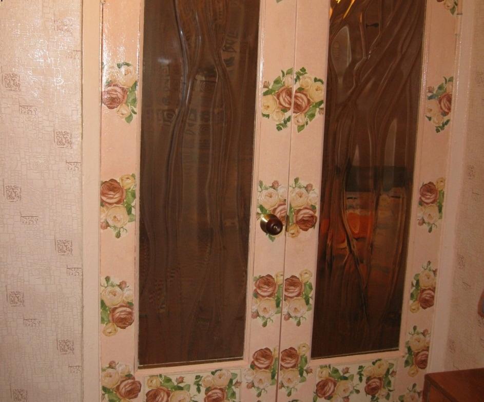 Для поклейки обоев в технике декупаж на двери можно использовать не специальный клей, а обычный ПВА