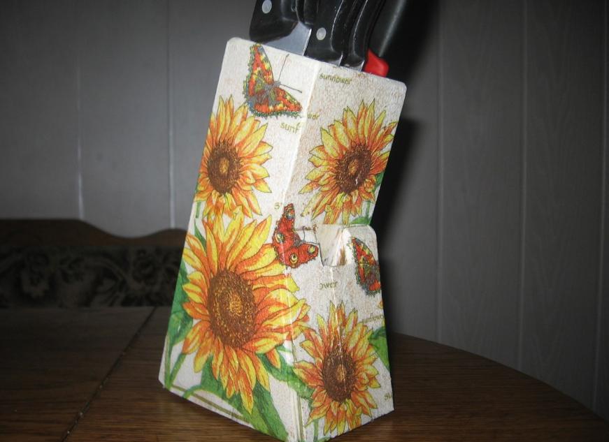 Если подставка для ножей изготовлена из дерева, то для поклейки салфеток можно использовать ПВА клей