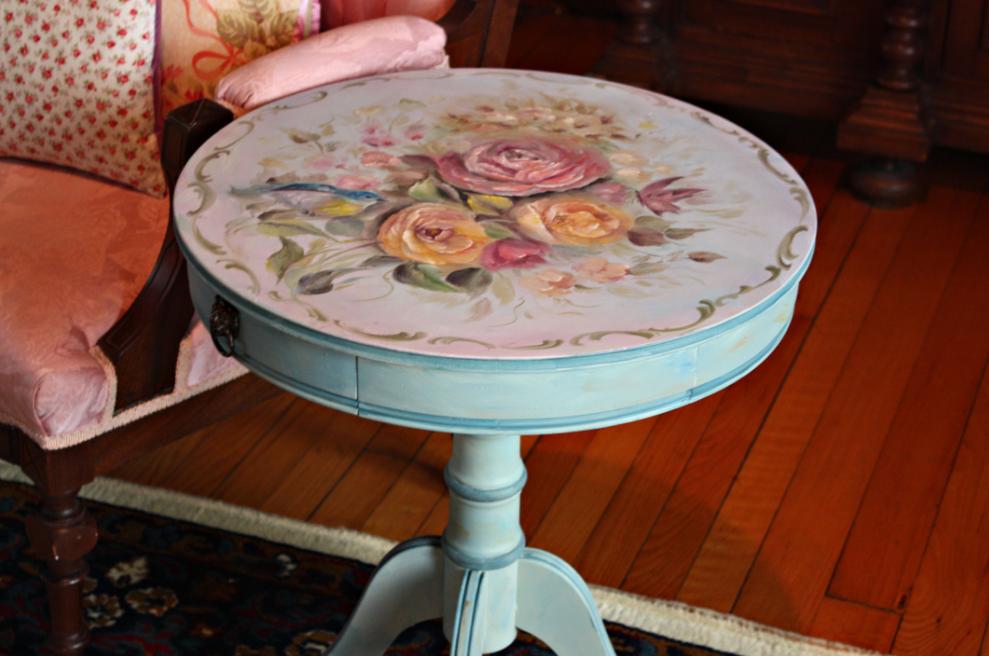 Журнальный столик, оформленный с помощью техники декупаж в бирюзовом цвете, прекрасно впишется в интерьер современного прованса