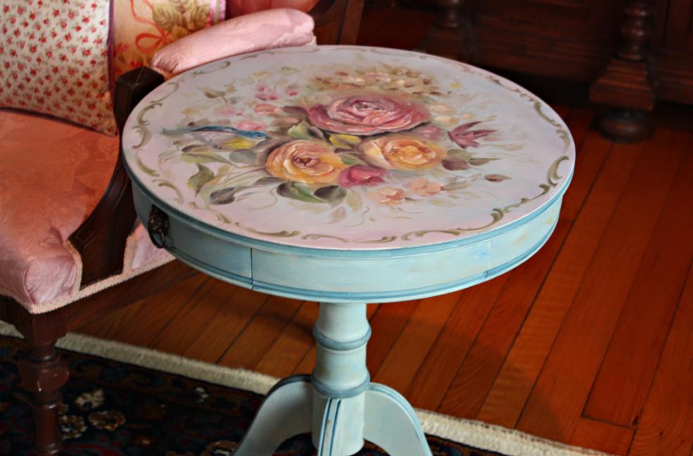 Рисунок для декупажа старой мебели следует выбирать, исходя из стиля помещения, в котором она будет расположена