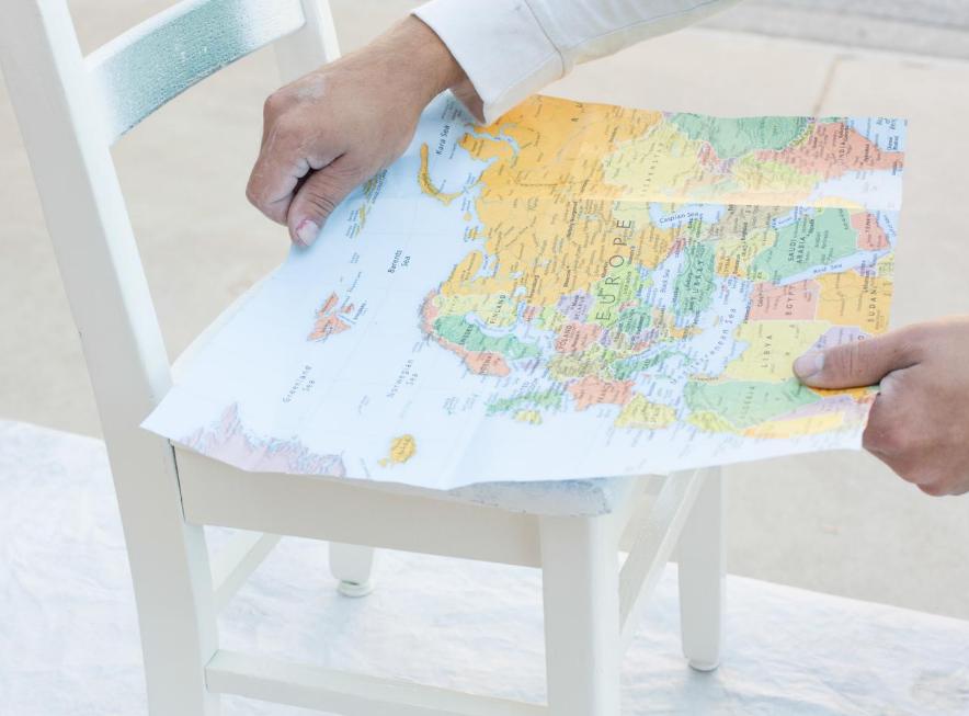 Очень часто для декупажа используют салфетки, на которых изображена карта мира