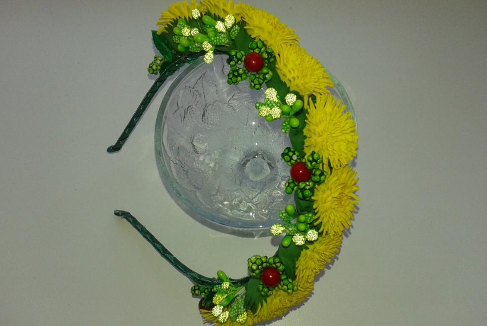С помощью одуванчиков из фоамирана можно украсить ободок для волос