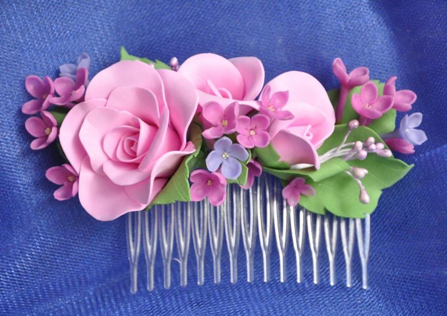 Заколка, украшенная цветами из фоамирана, обладает привлекательным внешним видом и отличными эксплуатационными качествами