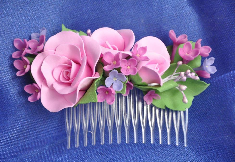 С помощью фоамирана можно красиво украсить заколку для волос