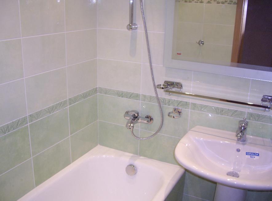 Собираясь делать ремонт в ванной, первым делом стоит выбрать отделочный материал для пола и стен