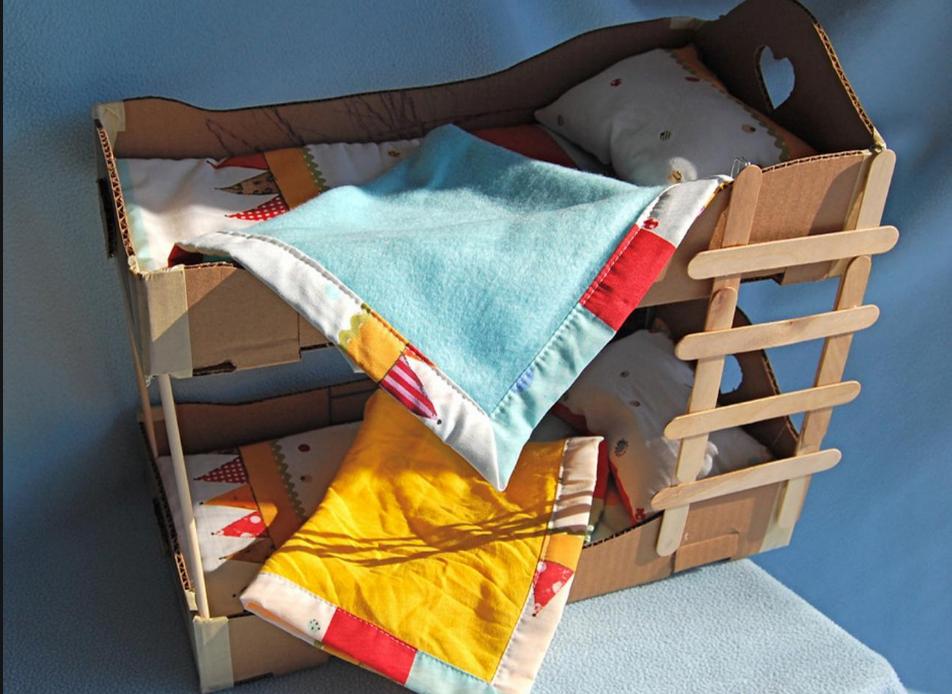Среди преимуществ игрушек из картона стоит отметить экологичность и небольшую цену