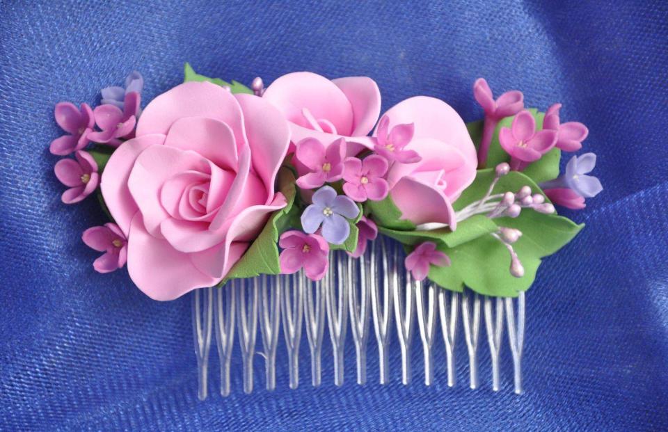 Заколка с цветами из фоамирана является отличным аксессуаром, поскольку обладает прекрасными эстетическими свойствами