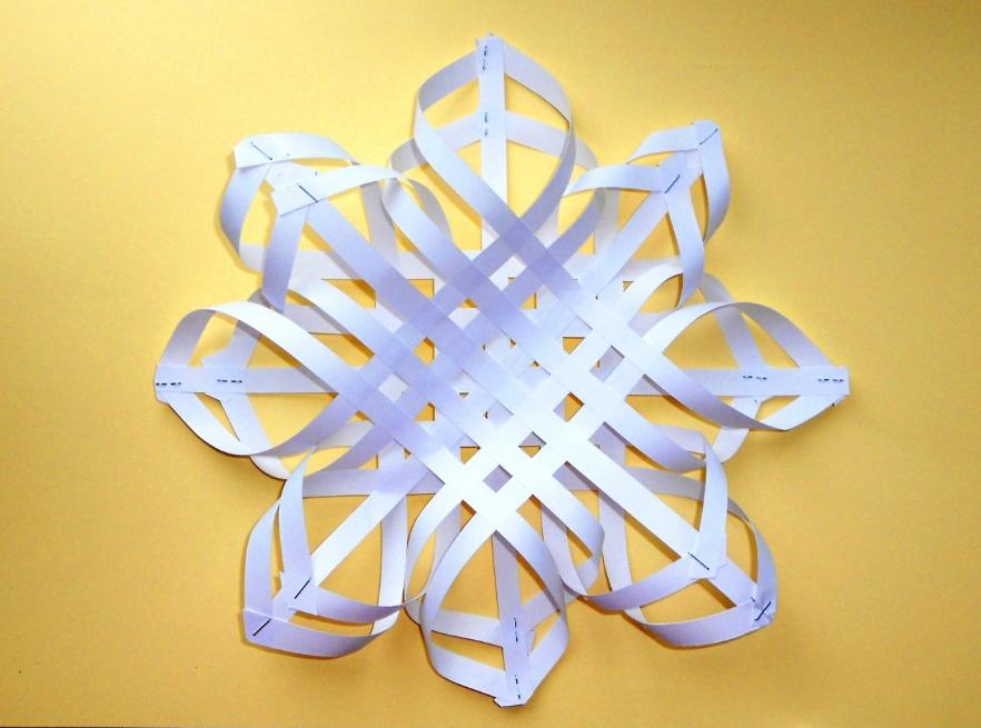 Объемные снежинки из белой бумаги хорошо подойдут для украшения дома на Новый год