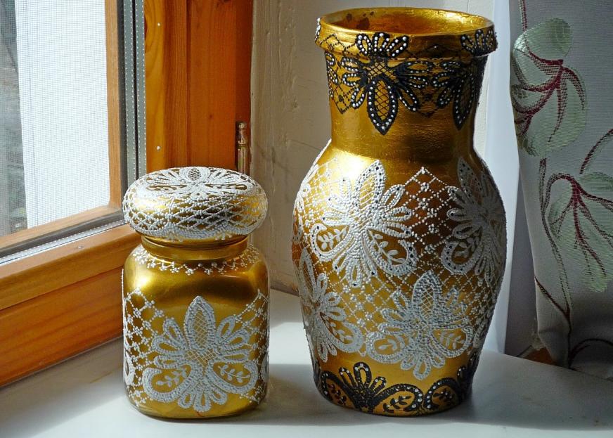 Кувшин из глины, оформленный техникой декупаж в новогоднем стиле, хорошо подойдет в качестве украшения для стола на Новый год
