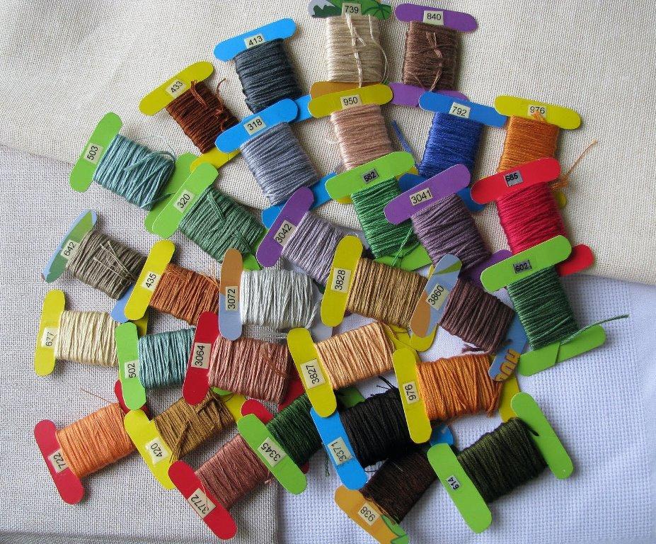 Перед началом работы, для выполнения красивой и необычной вышивки, размещают отдельные нити на специальных бобинах