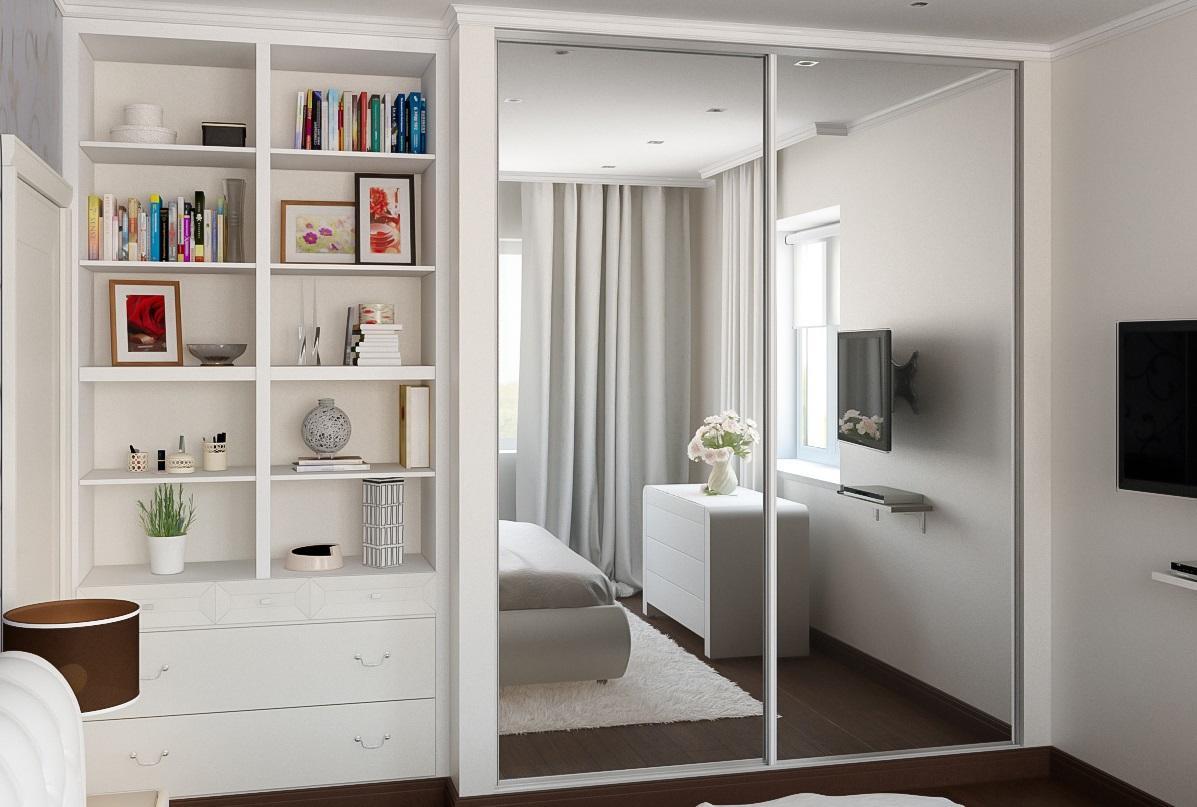Встроенный шкаф-купе в небольшой комнате сэкономит место и для другой мебели