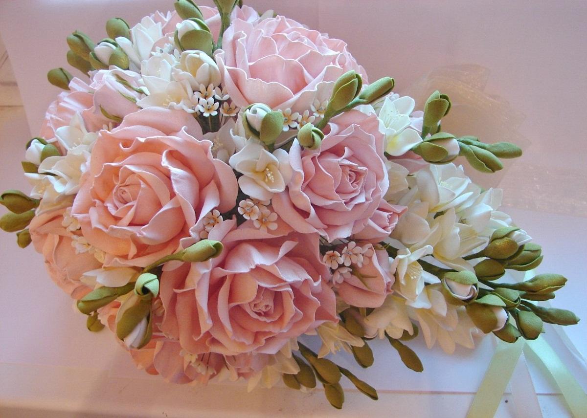 Чтобы цветы не казались монотонными, при их создании стоит использовать фоамиран разных оттенков