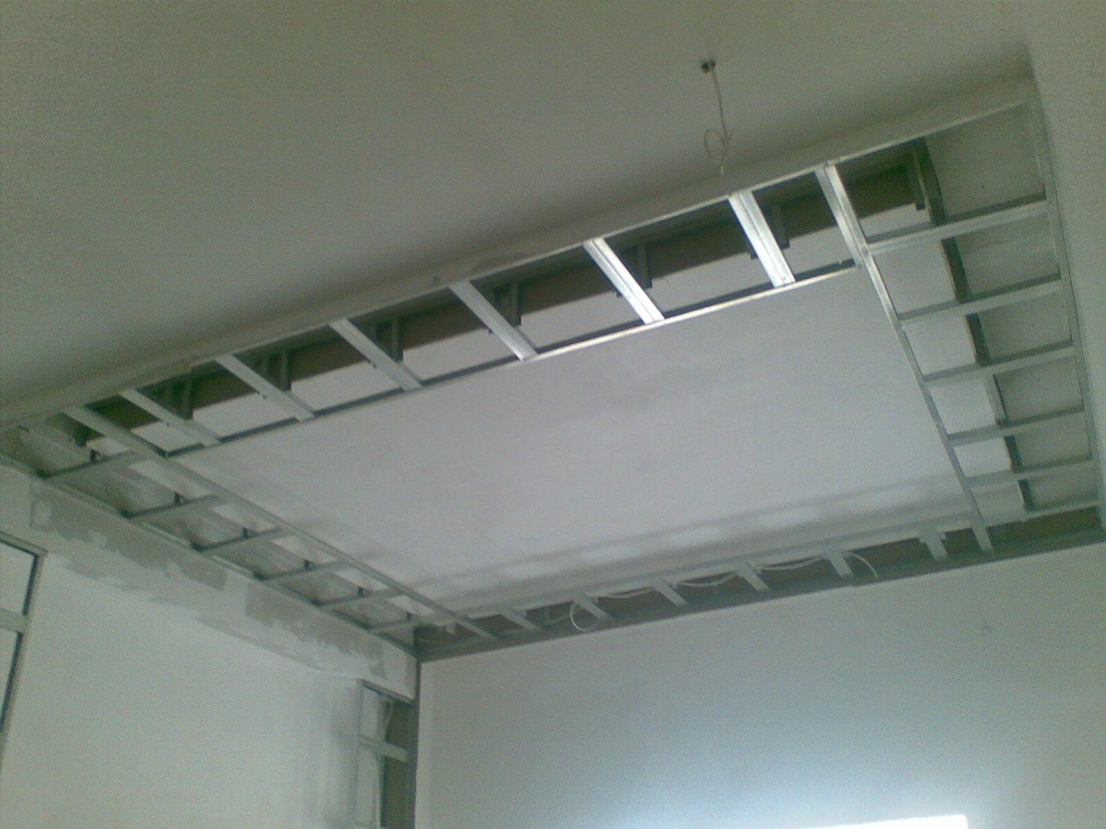 Перед установкой короба из гипсокартона следует полностью очистить потолок и смонтировать макет будущего гипсокартонного короба