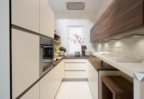 Узкая кухня с окном посередине тоже может быть удобной и невероятно стильной, если использовать пространство рационально и подобрать нужные материалы